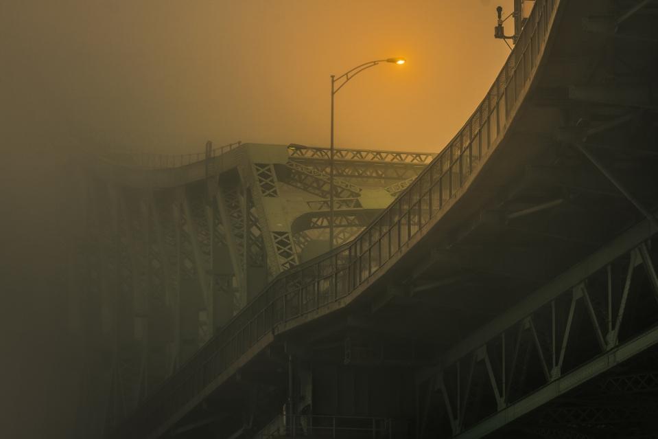 Matin brumeux sur le pont Jacques-Cartier