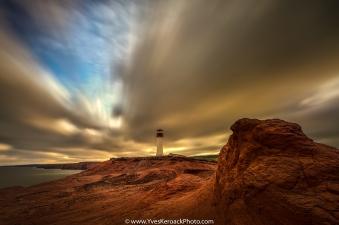 Le phare du Borgot à l'Étang-du-Nord aux Îles-de-la-Madeleine pendant un lever de soleil nuageux