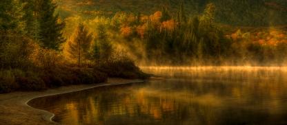 Lever du soleil sur le lac Munroe dans le parc du Mont-Tremblant