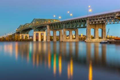 Le pont Champlain se reflète sur la surface du fleuve rendue lisse par une longue exposition
