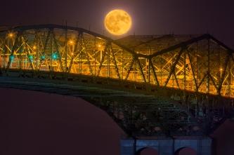 La super lune se lève devant le pont Champlain
