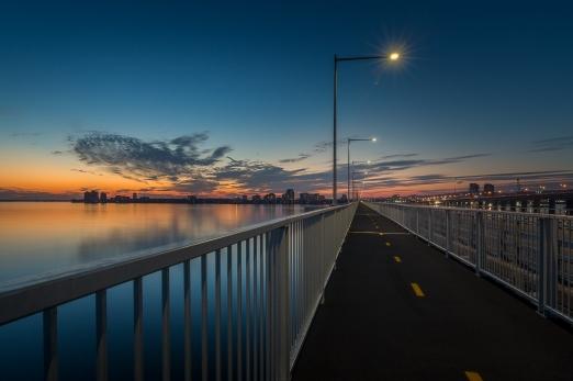 L'estacade du pont Champlain en direction de Montréal au coucher du soleil