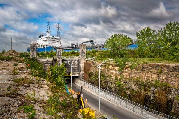 Passage d'un navire au-dessus du tunnel de Melocheville
