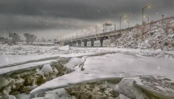 Formations de glace sur le fleuve devant le pont Clément