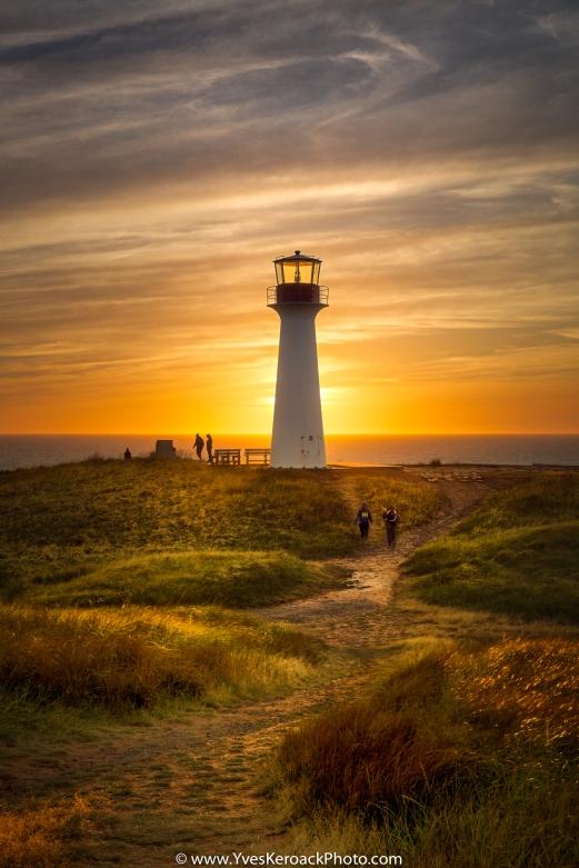 Coucher du soleil derrière le phare du Borgot à l'Étang-du-Nord aux Îles-de-la-Madeleine, Québec