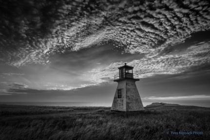 Lever du jour nuageux au phare du cap Alright a Havre-aux-maisons aux Iles-de-la-Madeleine