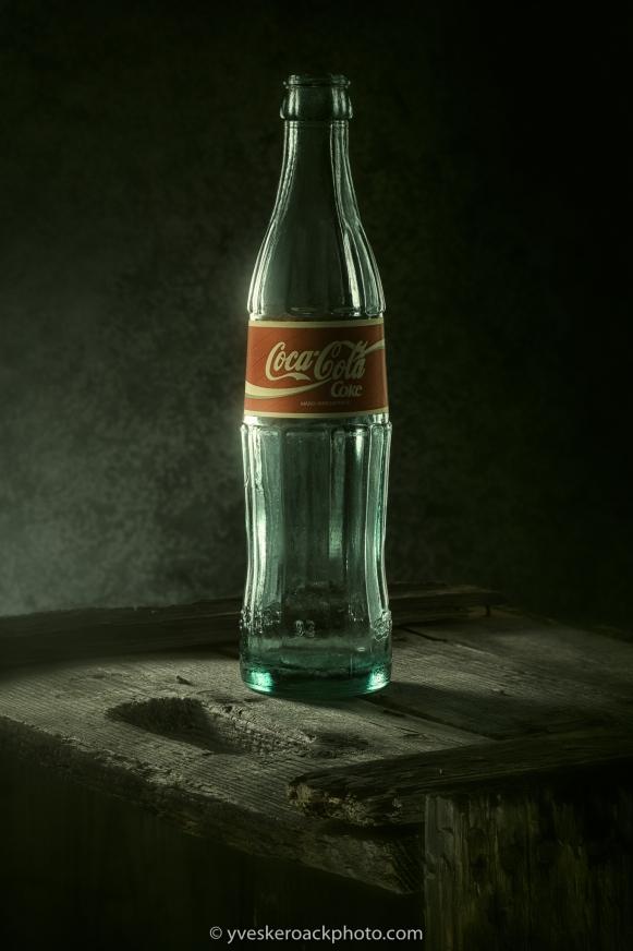 Ancienne bouteille de Coca-Cola sur une vieille caisse de bois.