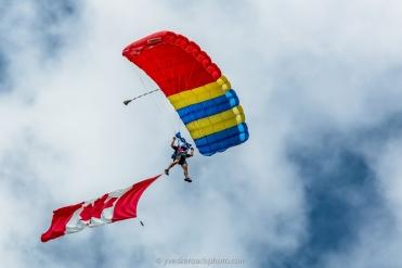 Les parachutistes ouvrent le spectacle
