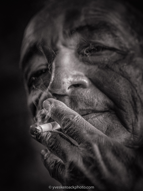Pause-cigarette dans un bar de La Havane à Cuba