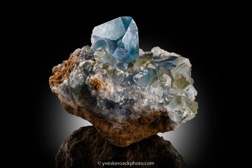 Amalgame de minéraux provenant de Rapid Creek. Empilement de 16 images pour une netteté uniforme
