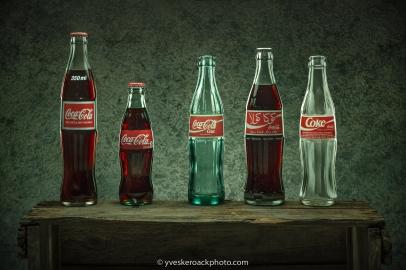 Quelques variations internationales de la bouteille de Coca-Cola. Collection privée.